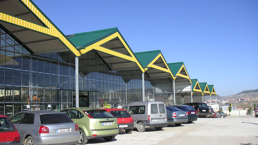 Exterior view of garden center with ININSA PW wide-span greenhouse model