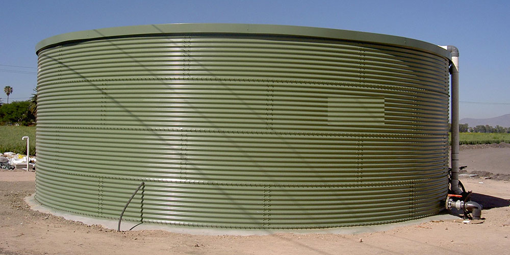 Liquid storage tank for a greenhouse